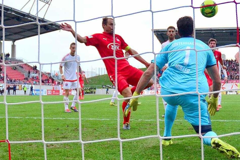 FSV-Kapitän Toni Wachsmuth (l.),  der hier im Spiel gegen Unterhaching eine Chance versiebt, schätzt die Lage bei  den Zwickauern realistisch ein.