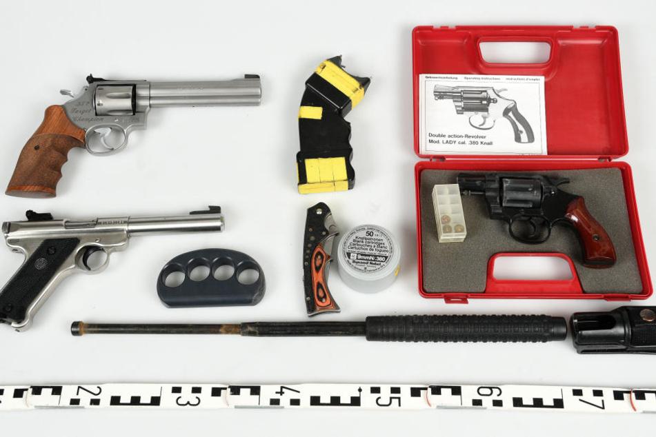 Waffen, ein Schlagring und ein Schlagstock wurden sichergestellt.