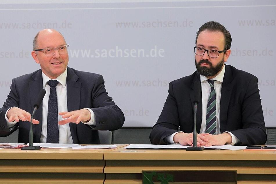 Sebastian Gemkow (40, CDU, r.) und Generalstaatsanwalt Hans Strobl (62) stellen die neue Verfügung vor. Mit dem Papier soll die Strafverfolgung verschärft werden.
