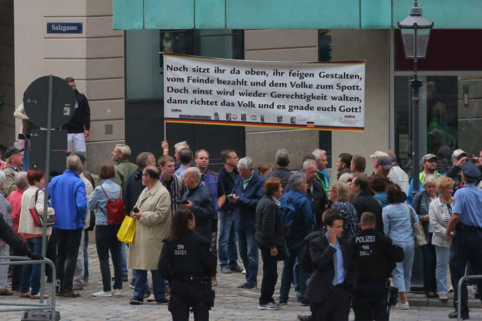 Protestbanner mit Statements der Demonstranten.