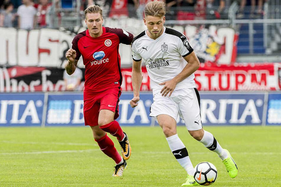 Dennis Slamar vom FCC (rechts) im Duell gegen Manuel Schäffler vom SV Wehen Wiesbaden.