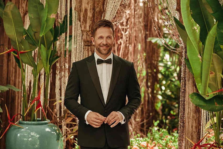 """Moderator Florian Ambrosius (42) möchte es von den Kandidaten bei """"Bachelor in Paradise"""" ganz genau wissen."""