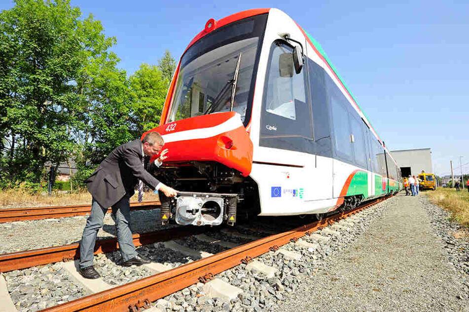 VMS-Mann Korda vor einem neuen Citylink-Zug. Die Testfahrten in Bernsdorf sollen Anfang Dezember stattfinden.