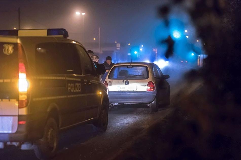 Polizeikontrolle in der Blankenburger Straße: Ein tschechischer Autofahrer muss sich ausweisen.