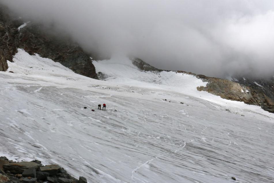 Zwei Alpinisten besichtigen den Fundort einer Leiche auf dem Hohlaubgletscher.