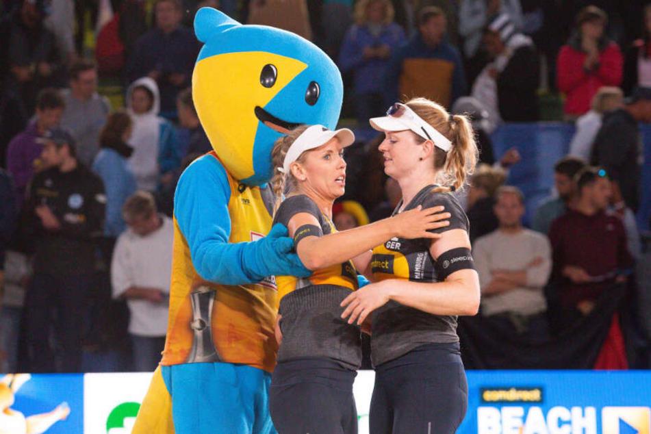 Werden nach ihrem Ausscheiden vom Maskottchen umarmt: Karla Borger (links) und Julia Sude.