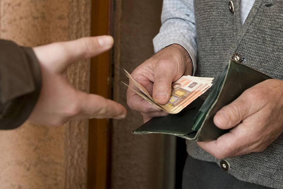 Der falsche Neffe ergaunerte mit dem Enkeltrick insgesamt 35.000 Euro. (Symbolbild)