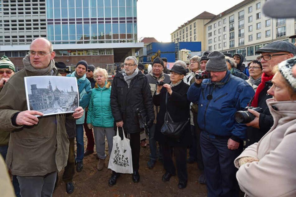 Thomas Westphalen (59) zeigte interessierten Besuchern zum letzten Mal die  Ausgrabungen und erläuterte das Freigelegte aus 800 Jahren Stadtgeschichte.