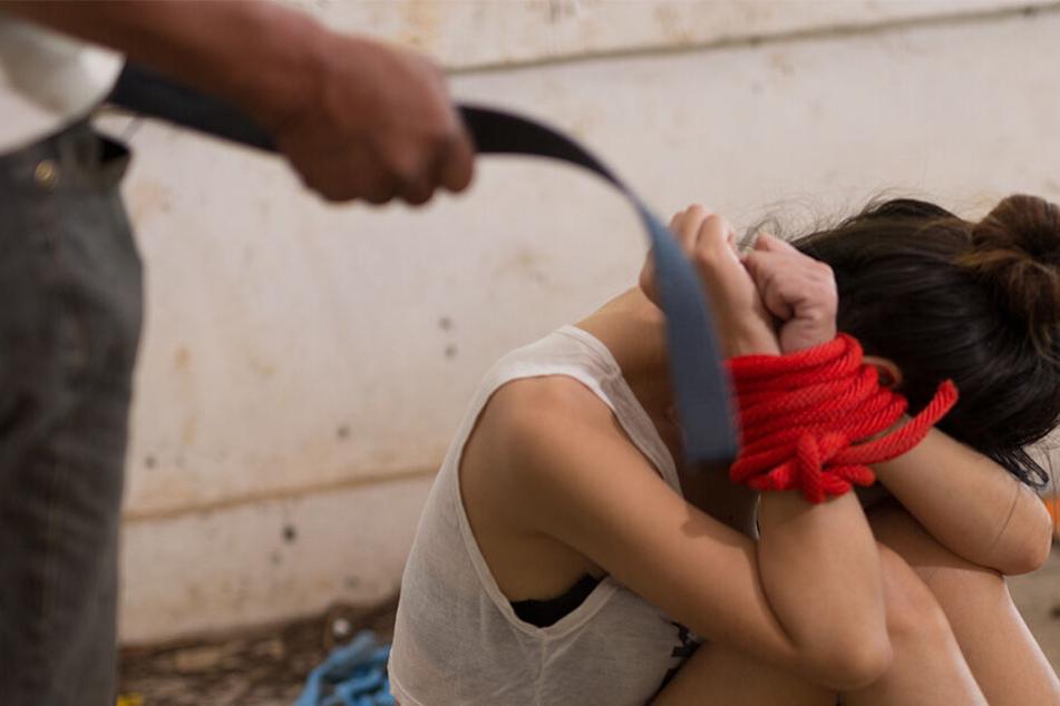 Vater vergewaltigt Tochter an ihrem 13. Geburtstag vor der schockierten Mutter