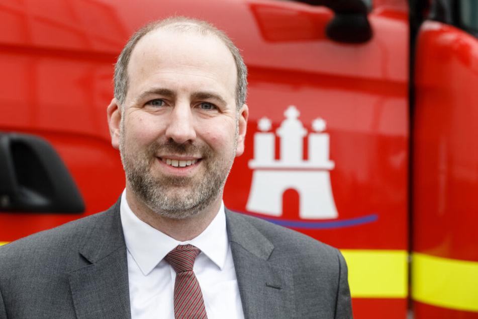 Matthias Feistel, Geschäftsführer der LUIS Technology GmbH, vor dem ersten Fahrzeug der Feuerwehr, das mit einem zertifizierten Abbiegeassistent ausgerüstet wurde.
