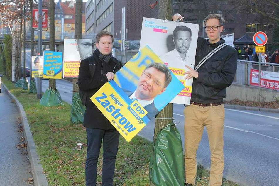 Clemens Ritthaler (23,l.) und Dominik Reichert (22) von der Liberalen Hochschulgruppe hängten die Plakate an der Bergstraße wieder ab.