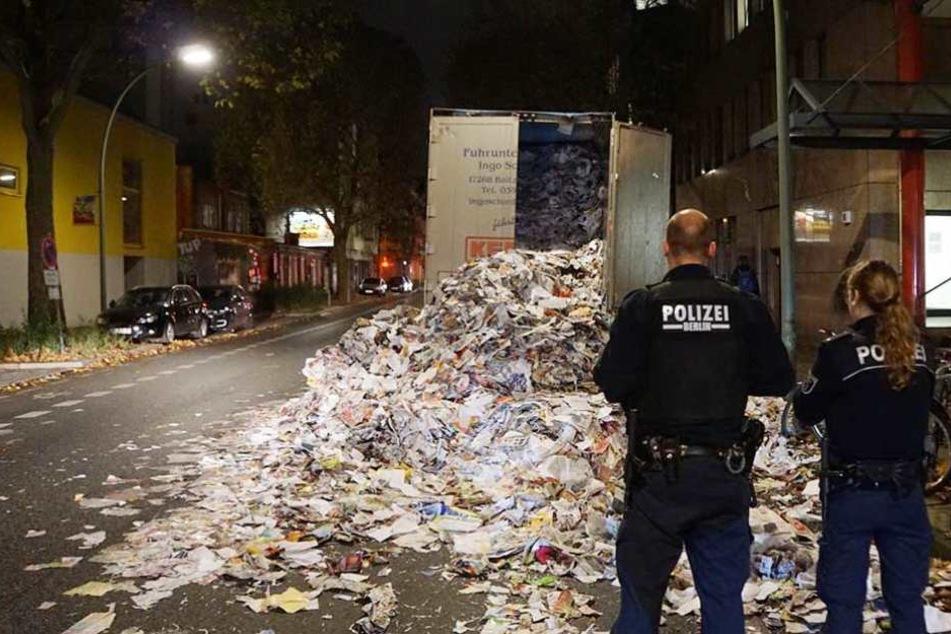 Polizisten stehen vor dem Papierberg.