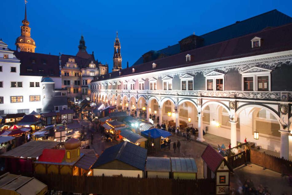 Hell erleuchtet sind die Stände auf dem Mittelaltermarkt am Stallhof.