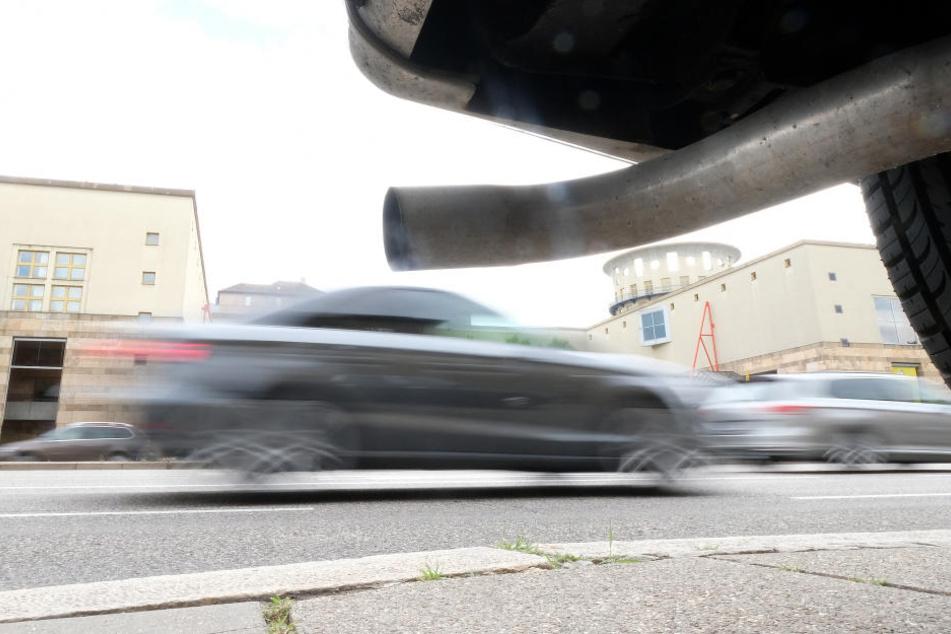 Die Zulassungsstellen verboten den Autofahrer weiter ihre alten Dieselfahrzeuge zu nutzen. (Symbolbild)