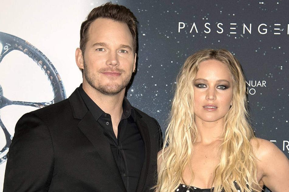 Die Schauspieler Chris Pratt und Jennifer Lawrence liefern sich gerade einen amüsante Schlammschlacht.