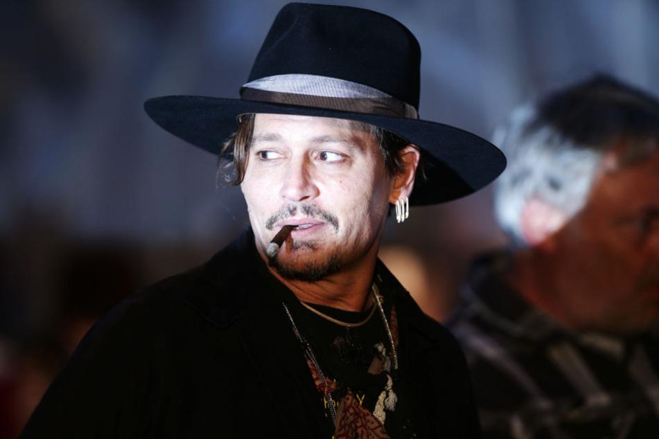 Der Schauspieler Johnny Depp ist wegen eines Vorfalls an einem Filmset auf Schadenersatz in nicht genannter Höhe verklagt worden.
