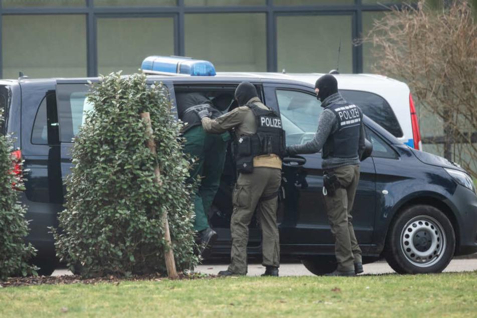 Nach der Zerschlagung der rechten Terrorzelle sind die ersten Festgenommenen in Karlsruhe zu Haftrichtern des Bundesgerichtshofs (BGH) gebracht worden.