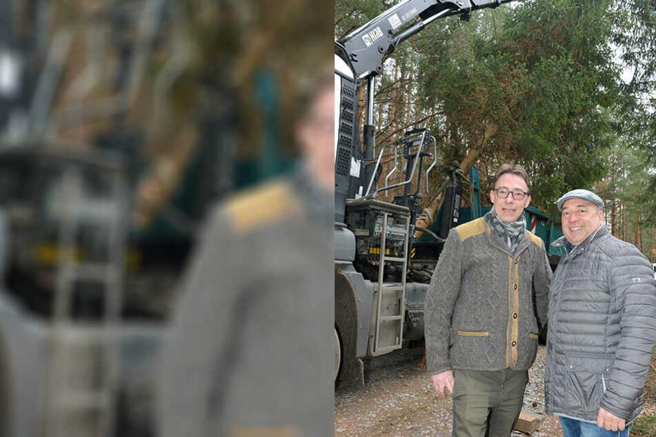 Ein Laster mit Kranarm verlädt vorsichtig hinter Prinz Daniel von Sachsen (43, l.) und Hoflößnitz-Chef Jörg Hahn (57) die Weihnachts-Fichte.