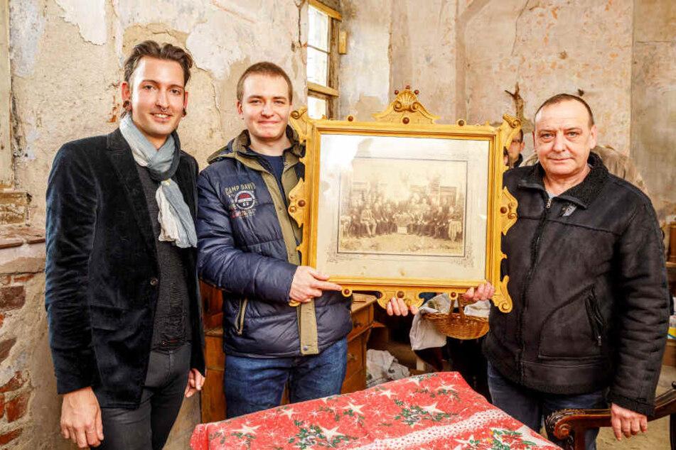Enrico Preißler (r., 51) und Tim Rußmann (m., 22) wollten von Experte Fabian Kahl (l., 28) wissen, was ihre von Hand geschnitzten Bilderrahmen wert sind.