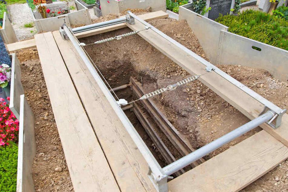 Die Leiche des damals Vierjährigen wurde am Donnerstag wieder ausgegraben. (Symbolbild)