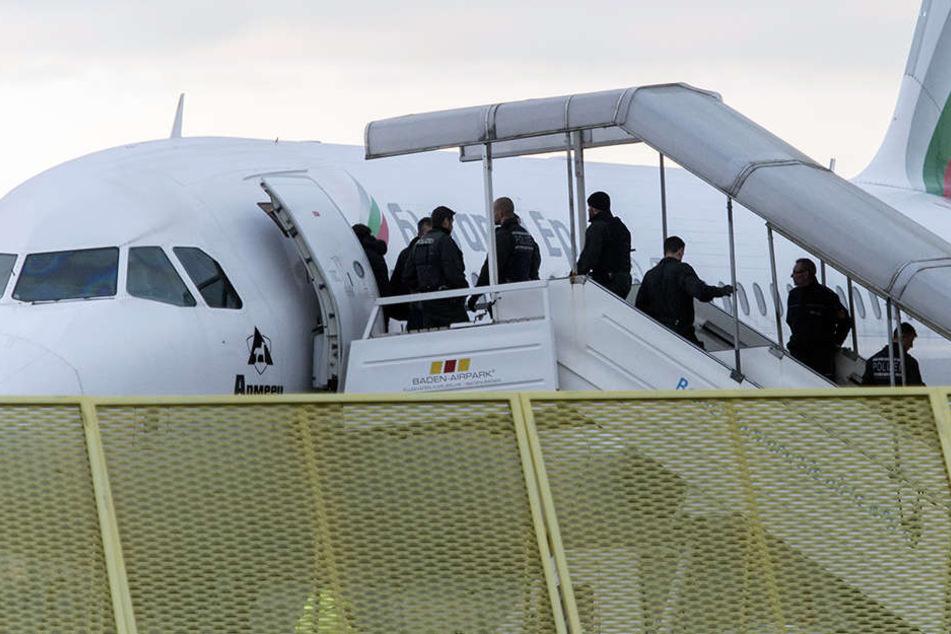 Bevor die Flüchtlinge ins Flugzeug steigen, bekommen sie zudem zwischen 500 Euro und 1500 Euro Starthilfe für das Leben in ihren Heimatstaaten.