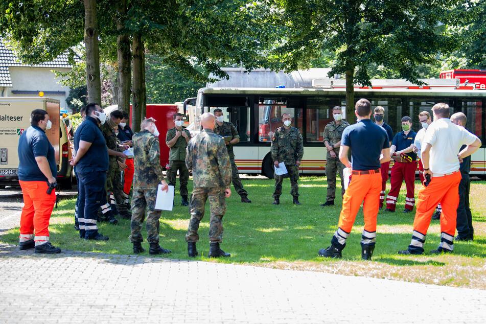 In der Kreisfeuerwehrschule für den Kreis Gütersloher werden die mobilen Teams aus Bundeswehr und Hilfsorganisationen gebildet, die anschließend im gesamten Kreis Gütersloh die Menschen in Quarantäne aufsuchen und testen.
