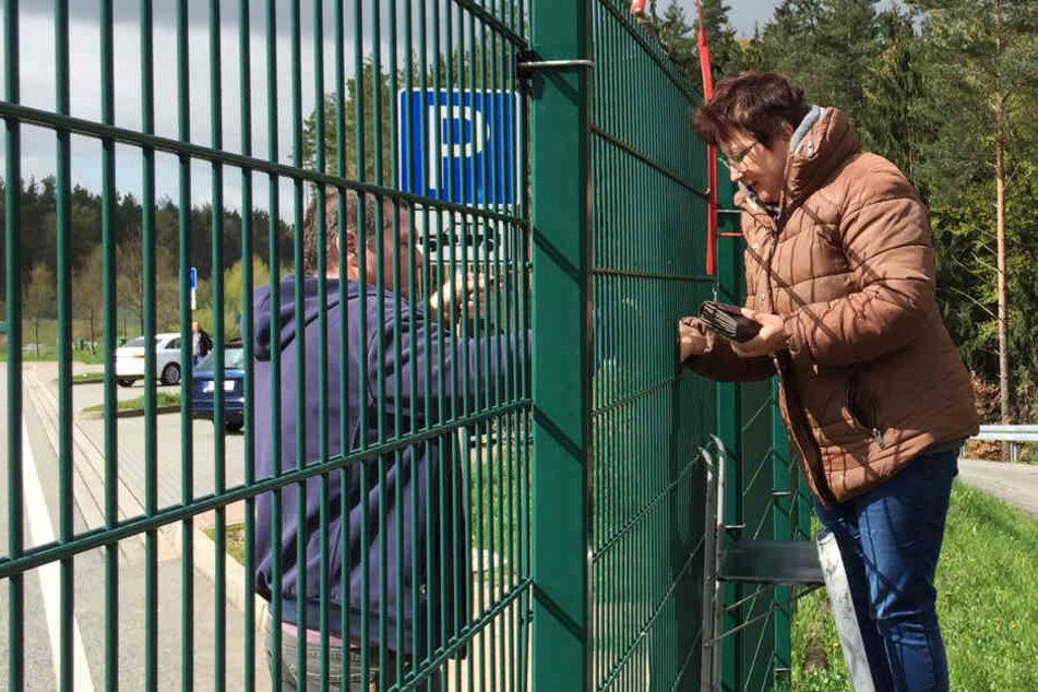 Seit acht Jahren gibt es den kuriosen Verkauf durch und über den Zaun.