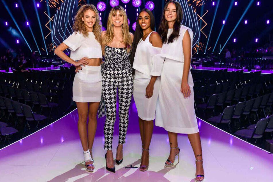 """Heidi Klum (2.v.l.) mit mit den Finalistinnen von """"Germany's Next Topmodel»: Simone, Sayana und Cäcilia."""