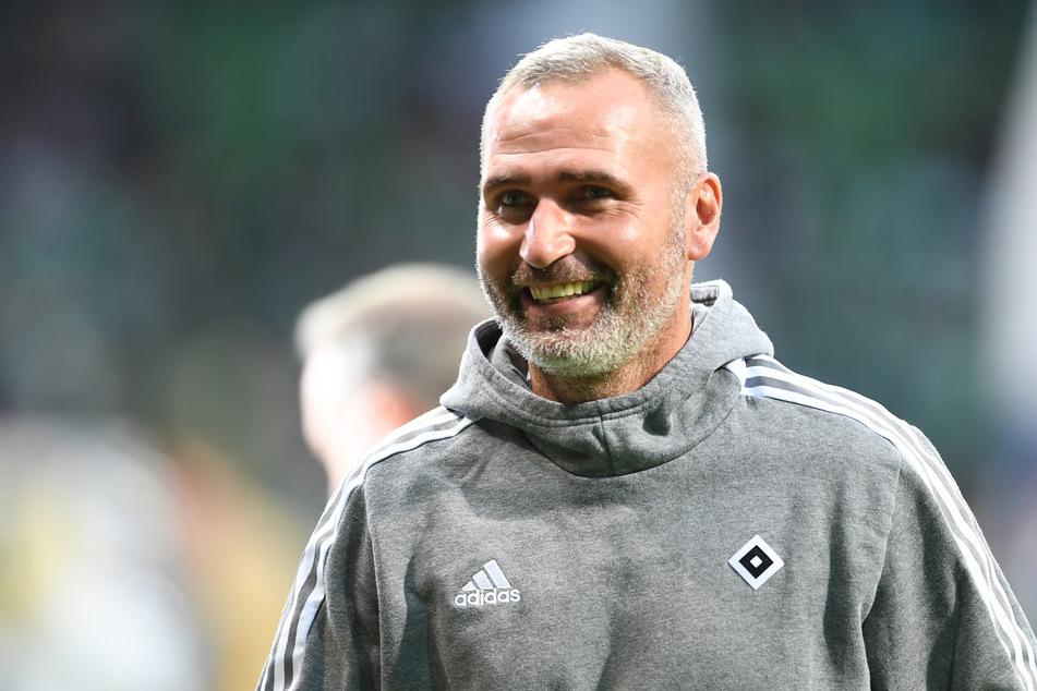 HSV-Coach Tim Walter (45) kann nach einem schwachen Saisonstart und unruhigen Wochen im Volkspark wieder lachen: Sein Team hat sich stabilisiert.