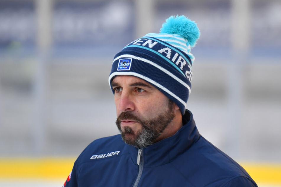Eislöwen-Coach Rico Rossi kann nicht zufrieden sein.