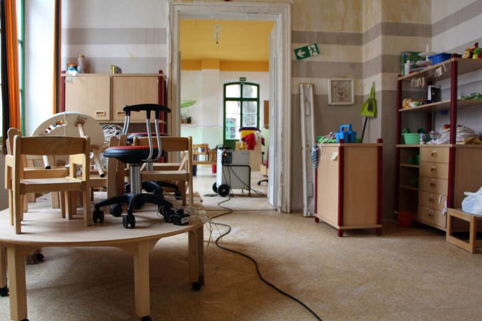 Trocknungsgeräte sollen die verbliebene Feuchtigkeit aus den Wänden, Böden und Decken bekommen. Doch das Inventar aus zwei Etagen kann dennoch nicht mehr gerettet werden.