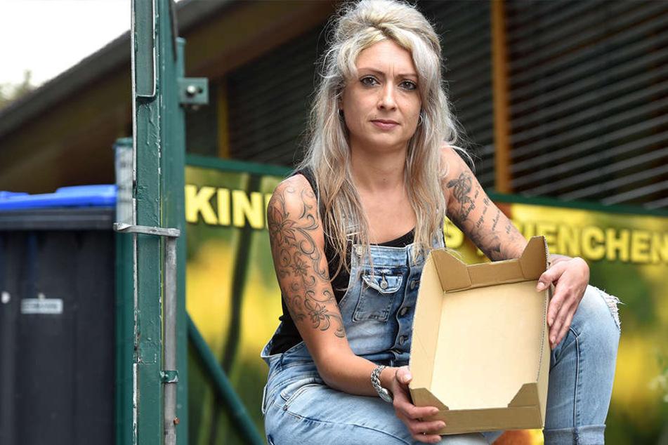 """Dieser leere Karton blieb zurück: Nadine Szibele (31), Vizechefin der Kita """"Bienchen"""", ist richtig sauer auf die Getränkediebe."""