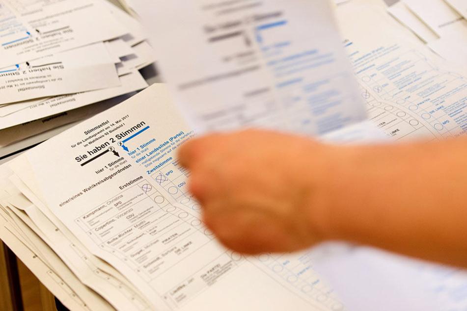 Wahlhelfer sortieren und zählen Stimmzettel am 14. Mai in einem Wahllokal in Bielefeld.