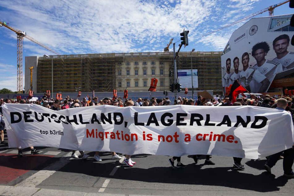 Auch in Berlin gingen die Menschen auf die Straße und protestierten für die Seenotrettung von Flüchtlingen.