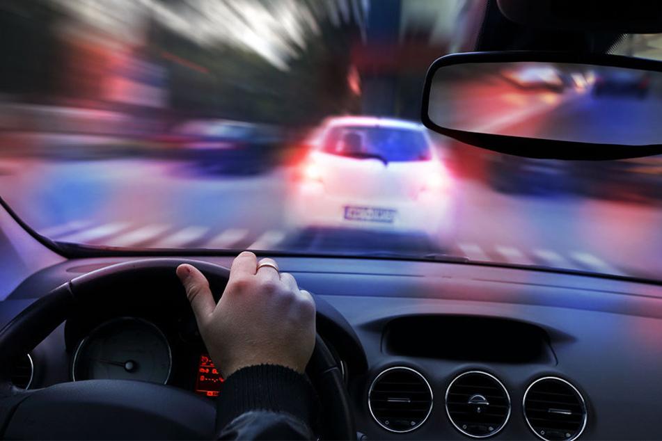 Um den Mercedes-Fahrer vom Weiterfahren abzuhalten, schlug die Polizei die Seitenscheibe ein und nahm ihn fest. (Symbolbild)