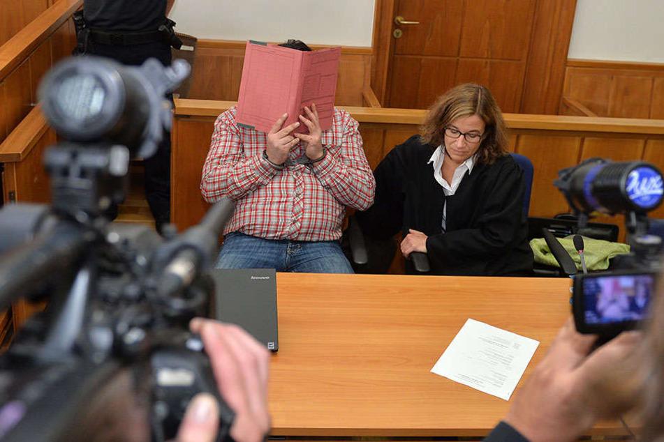 Medienvertreter filmen am 11.09.2014 im Landgericht Oldenburg den damals wegen dreifachen Mordes angeklagten Krankenpfleger Nils H.