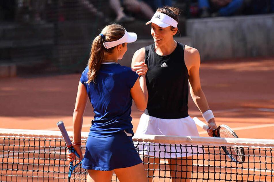 Shakehands mit der Verliererin: Andrea Petkovic (r.), Victoriya Tomova.