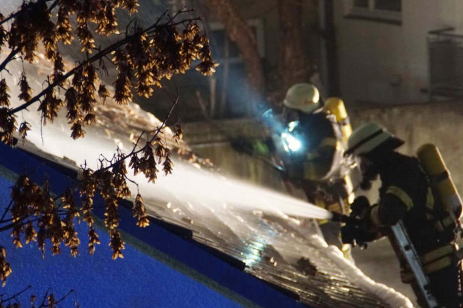 Die Löscharbeiten der Feuerwehr hielten bis in die Nacht an.