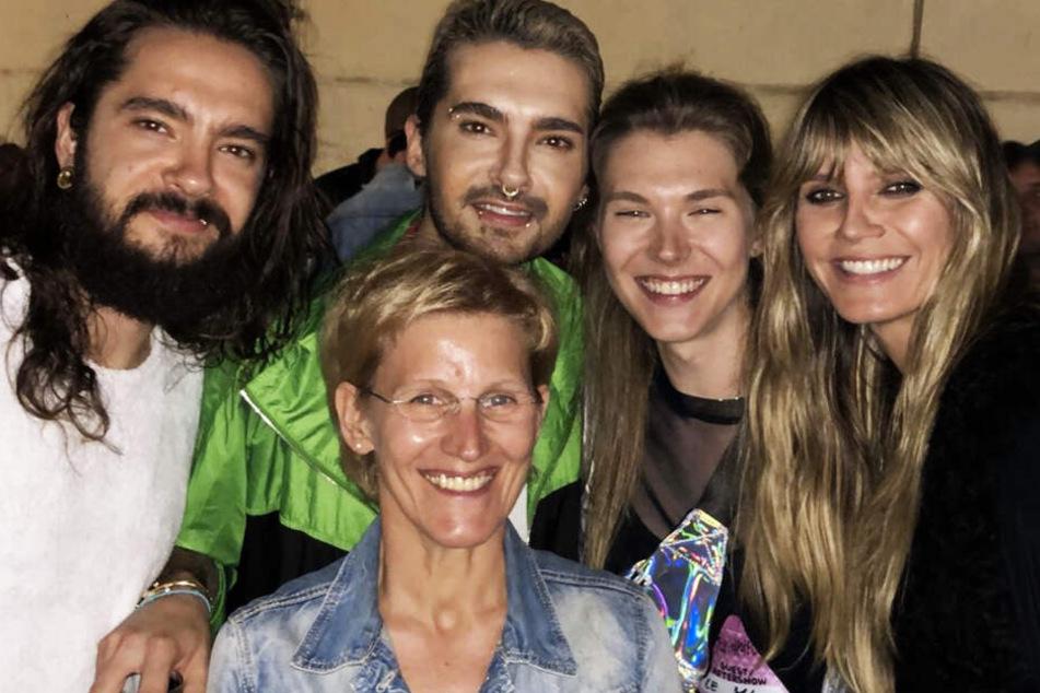 Kann ihr Glück gar nicht fassen: GNTM-Tatjana (2.v.r.) hat beim Tokio-Hotel-Konzert in Leipzig Model-Mama Heidi Klum (r.) und die Kaulitz-Brüder Tom (l.) und Bull wiedergetroffen. Auch Tatjanas Mama durfte mit aufs Bild.