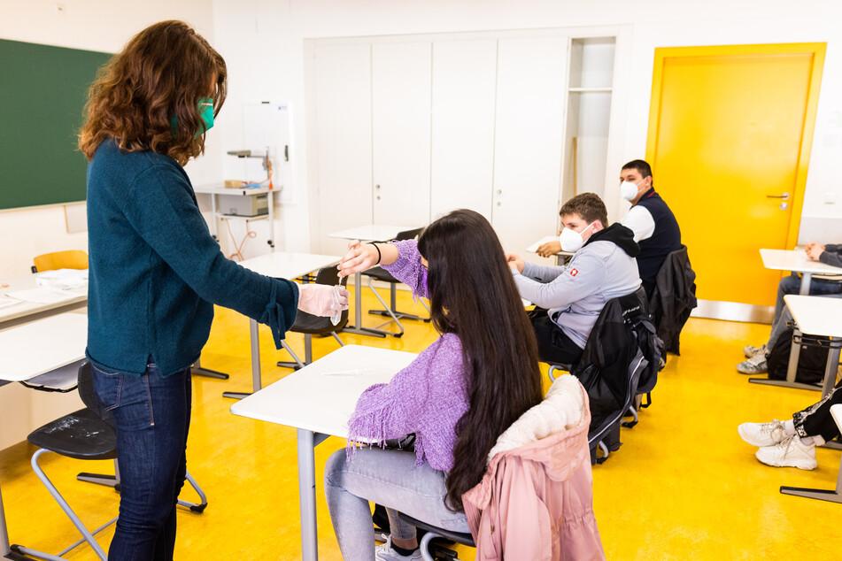 """Der Verband Bildung und Erziehung (VBE) dringt auf eine """"Sicherheitsphase"""" nach den Sommerferien mit verstärkten Tests und Maskenpflicht in den Schulen, unabhängig von der Inzidenzrate."""