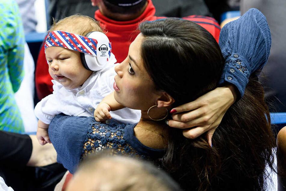 Nicole Johnson hält den Sohn von Michael Phelps auf dem Arm.