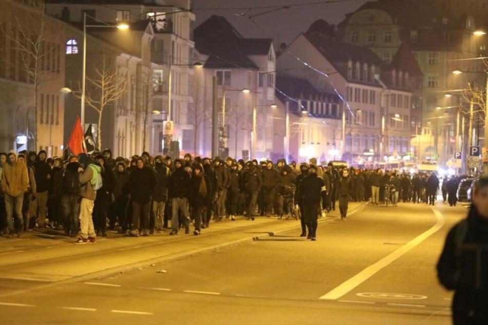 """Etwa 1600 Menschen zogen Samstagabend als Teil der Demo gegen den Verbot von """"Indymedia"""" durch den Leipziger Süden."""
