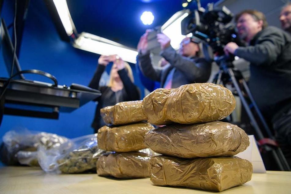 In der Pressekonferenz hat das LKA Bayern den größten geklärten Rauschgiftfall seiner Geschichte vorgestellt.