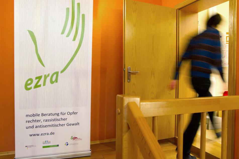 Ein Mensch läuft in die Beratungsstelle für Opfer rechter Gewalt in Neudietendorf (Thüringen).