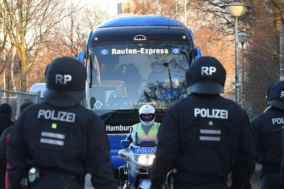 Vor einem Spiel wurde der Bus des HSV von der Polizei eskortiert.