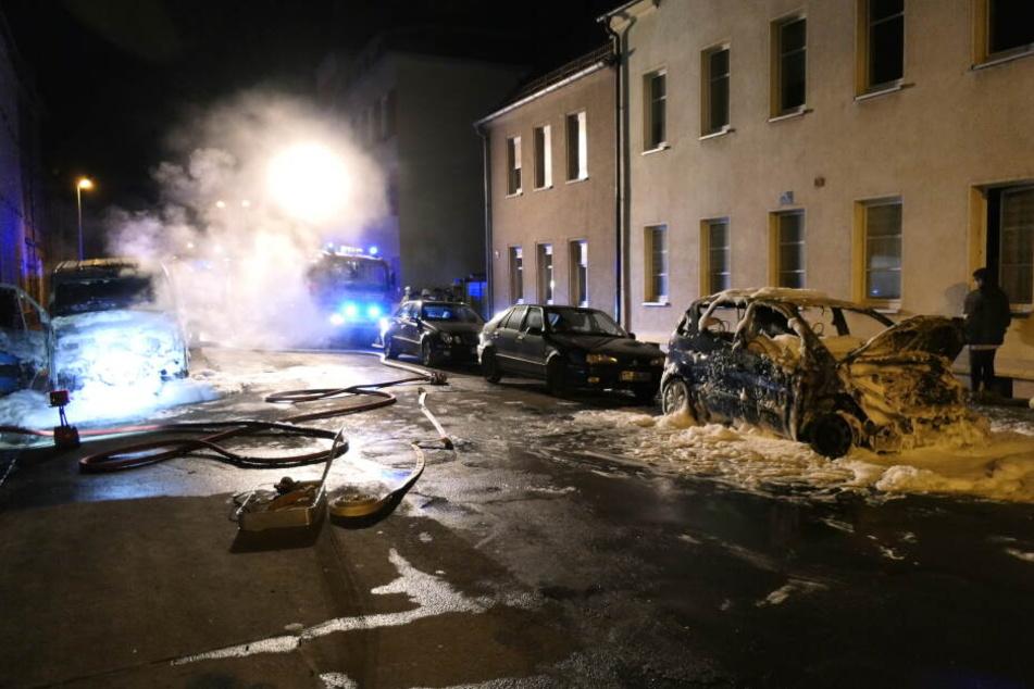 Der VW Crafter (l.) und die Mercedes A-Klasse parkten schräg gegenüber in der Theodor-Körner-Straße. Die Polizei geht von Brandstiftung aus.