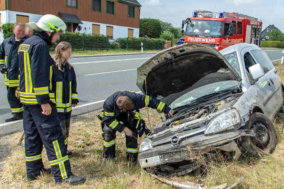 Opel überschlägt sich und bleibt in Graben liegen: Fahrerin verletzt