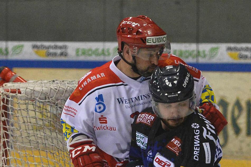 Eislöwen-Stürmer Steven Rupprich  (r.) hofft, dass er ETC-Verteidiger Jakub Körner bezwingen kann.