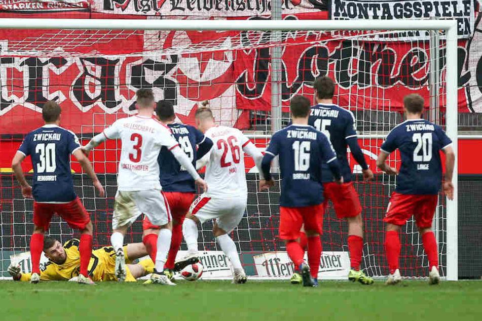 Tor für Halle, Sebastian Mai (26) trifft zum 1:0 gegen Torhüter Johannes Brinkies.
