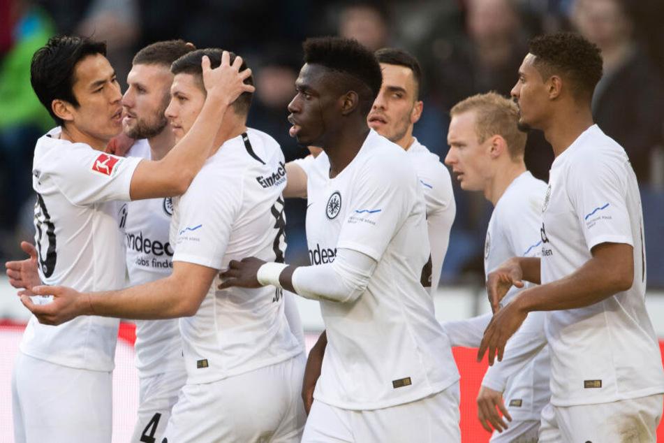 Nur drei Tage nach dem intensiven Europa League-Match gegen Donezk fegte die Eintracht in fast identischer Besetzung Kellerkind Hannover 96 vom Feld.